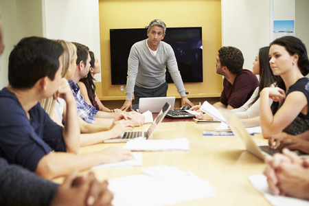 Homme réunion S'adressant patron Autour Table de conférence