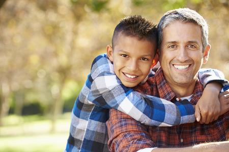 Retrato del padre y del hijo en Campo Foto de archivo - 31052610