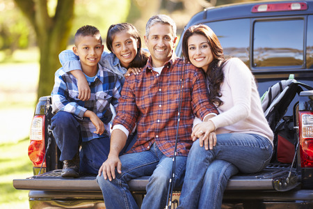Family Sitting In Pick Up Truck On Camping Holiday Banque d'images