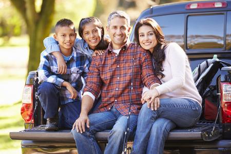 hispánský: Rodina seděla v Pick Up Truck On kemp dovolená Reklamní fotografie