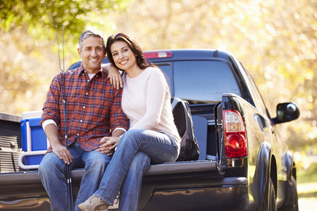 Couple Sitting In Pick Up Truck On Camping vacances Banque d'images - 31052634