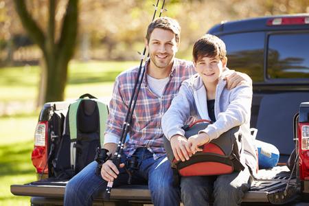 hombre pescando: Padre e hijo se sienta en Camioneta Pickup en acampada