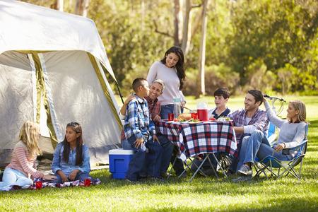 Twee gezinnen genieten van Camping Holiday In Platteland