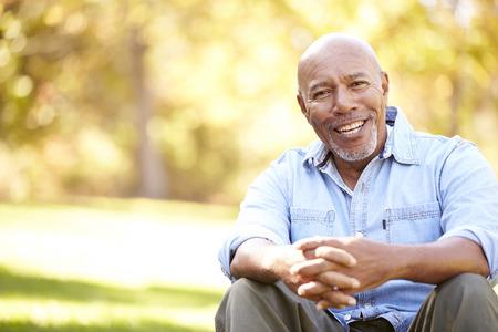 秋の風景の中にリラックスできる年配の男性 写真素材