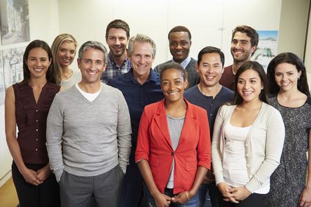 Portret van het personeel in Modern Multi-etnische Office Stockfoto
