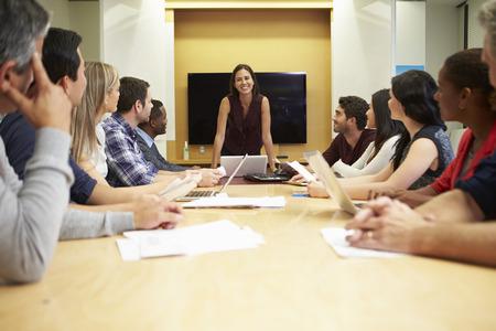 female boss: Female Boss Adressierung Meeting Rund Besprechungstisch Lizenzfreie Bilder
