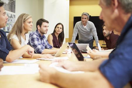 gruppe m�nner: M�nnlich Boss Adressierung Meeting Rund Konferenztisch