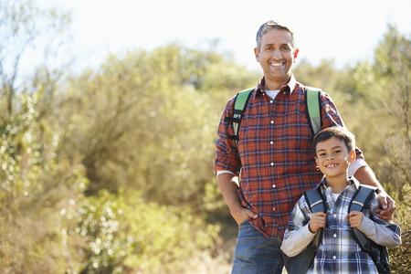 시골 입고 배낭에서 아버지와 아들 하이킹