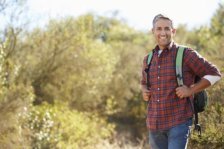男ハイキングのバックパックを身に着けている田舎の肖像画