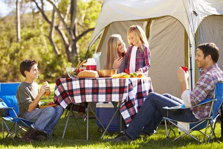Familie die van Camping Holiday In Platteland