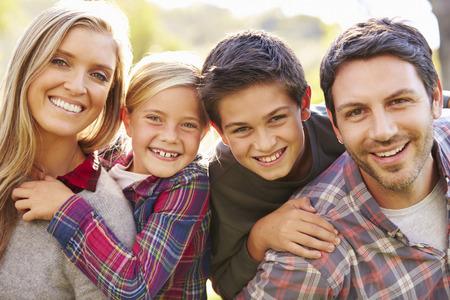 ao ar livre: Retrato da família no campo
