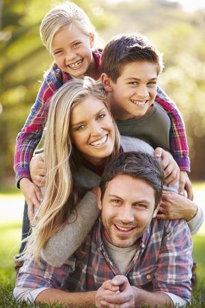 Portret van Familie liggend op gras in het platteland Stockfoto