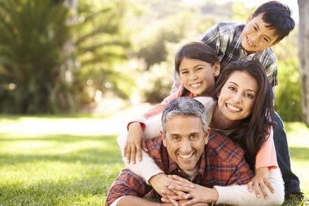 famille: Portrait de famille couch�e sur l'herbe dans la campagne Banque d'images