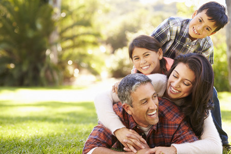 Rodina ležící na trávě na venkově