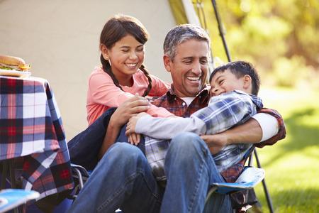 Vader met kinderen genieten Camping Holiday In Platteland Stockfoto