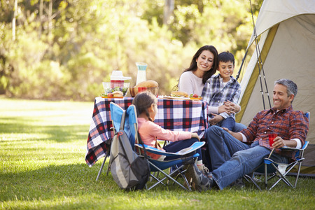 family picnic: Familia que disfruta de vacaciones en camping en Campo Foto de archivo