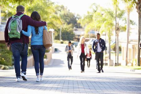 colegios: Pareja Estudiante que recorre al aire libre en el Campus de la Universidad