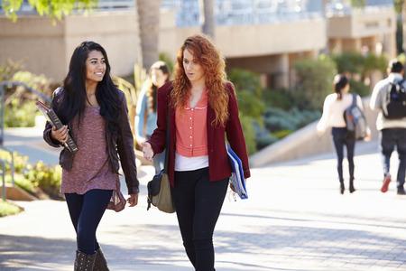 女子学生が大学キャンパスにおける屋外歩行 写真素材