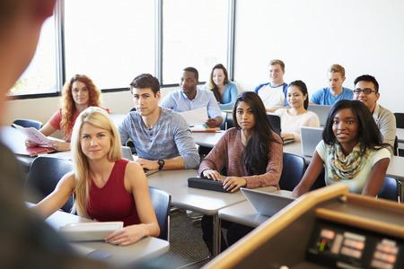 클래스에서 디지털 태블릿 그리고 노트북을 사용하는 대학 학생