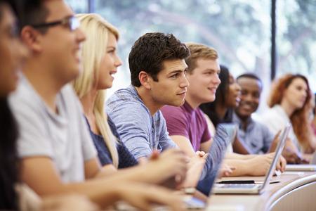 salon de clases: Clase de los estudiantes universitarios usan las computadoras port�tiles en clase