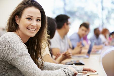 Klasse van de universitaire studenten met behulp van laptops In Lecture Stockfoto - 31054371