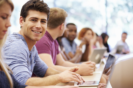 estudiantes universitarios: Clase de los estudiantes universitarios usan las computadoras port�tiles en clase