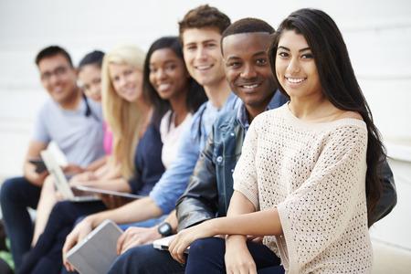 Portret van de universitaire studenten in openlucht op Campus Stockfoto