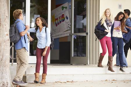 Gruppo di studenti delle scuole superiori in piedi edifici fuori Archivio Fotografico