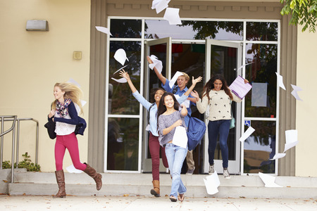 Gli alunni delle scuole superiori Celebrating fine della legislatura Archivio Fotografico
