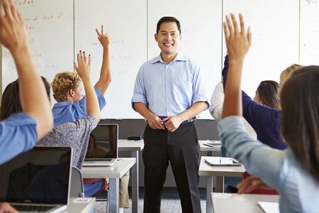 tutor: Tutor Con estudiantes de bachillerato en clase utilizando ordenadores portátiles Foto de archivo