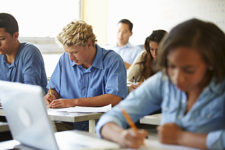 estudiantes de secundaria: Estudiantes de Secundaria para tomar ex�menes en el aula
