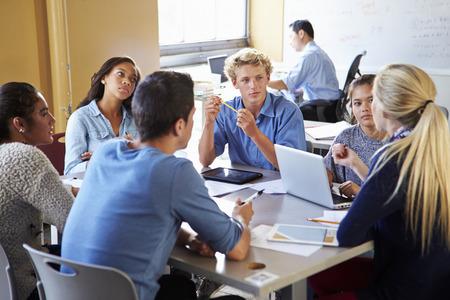 High School Studenti ve třídě pomocí přenosných počítačů