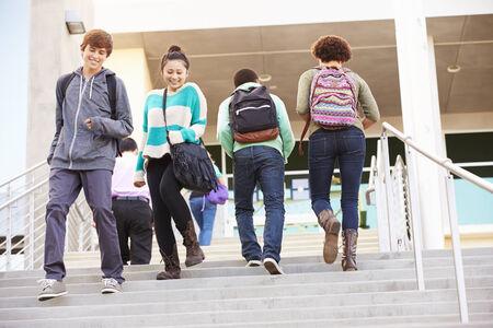 Alti alunni della scuola sui gradini fuori edificio