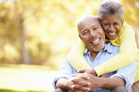 persona de la tercera edad: Senior pareja relajante en paisaje del oto�o