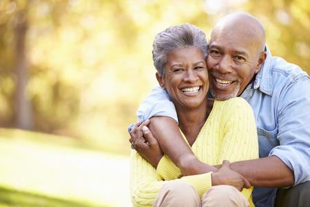 afroamericanas: Senior pareja relajante en paisaje del otoño