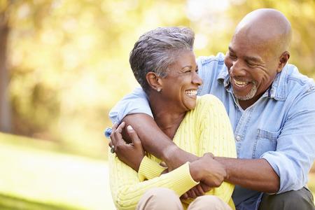 parejas: Senior pareja relajante en paisaje del oto�o
