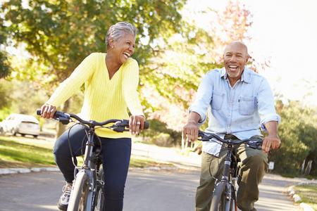 サイクルに年配のカップルは田舎に乗る