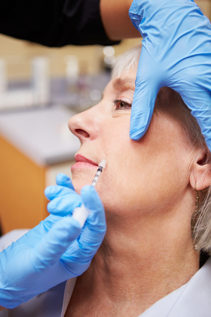 Frau, die Botox-Behandlung bei Beauty-Klinik Standard-Bild - 31066277