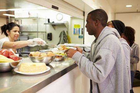 vagabundos: Cocina Servir comida en un refugio para personas sin hogar