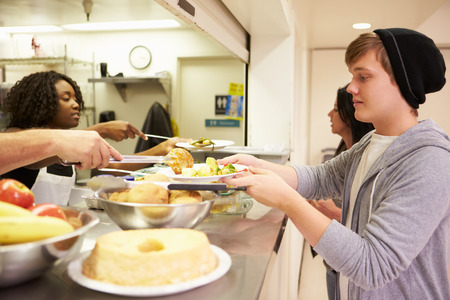 ホームレスの避難所で料理を提供するキッチン