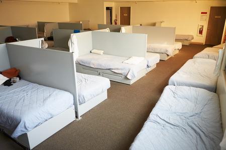 Camas Vacías En Homeless Shelter Foto de archivo