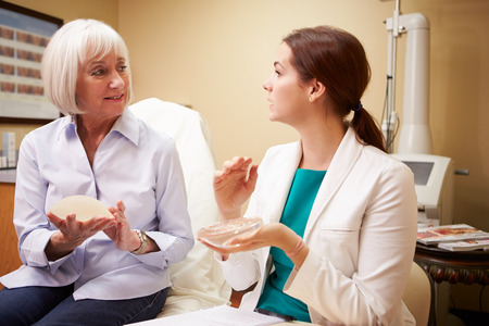 Vrouw bespreken Borstvergroting Met Plastisch Chirurg Stockfoto