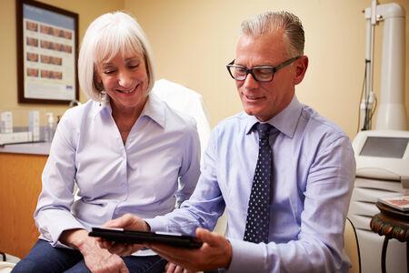 dos personas hablando: Cirujano estético Discutiendo proceedure con el cliente en la oficina