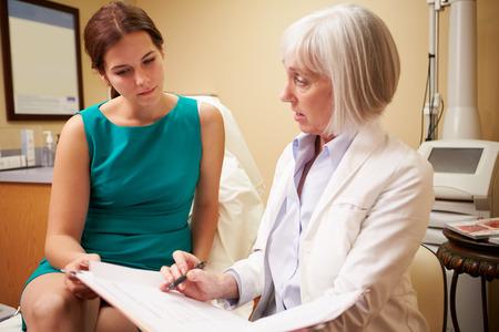 美容整形外科医のオフィスでクライアントと手続きを議論します。 写真素材