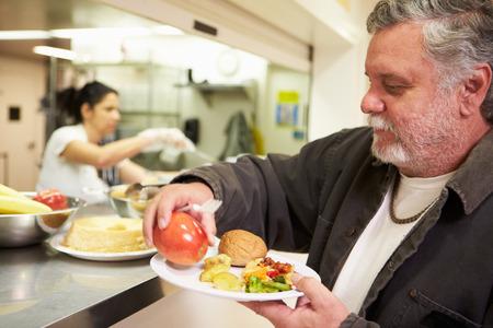 comidas: Cocina Servir comida en un refugio para personas sin hogar