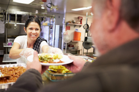 homeless: Cocina Servir comida en un refugio para personas sin hogar