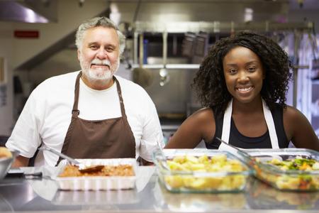 vagabundos: Retrato De La Cocina En El personal del refugio para personas sin hogar