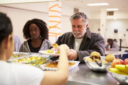 노숙자 쉼터에서 음식을 제공하는 주방