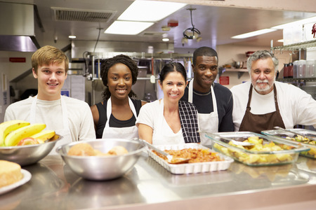 comunidad: Retrato De La Cocina En El personal del refugio para personas sin hogar