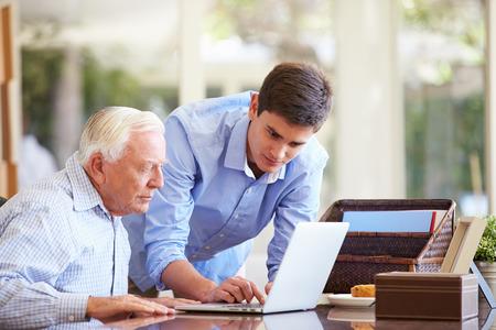 노트북과 할아버지를 돕는 십 대 손자